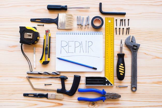 Cuaderno para registros y herramientas de construcción para la renovación de una casa o departamento
