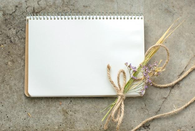 Cuaderno rústico vintage sobre hormigón en bruto, plano, copyspace
