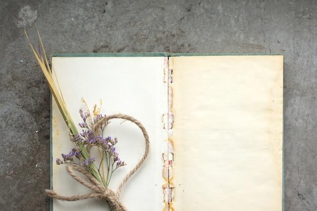 Cuaderno rústico vintage sobre hormigón en bruto