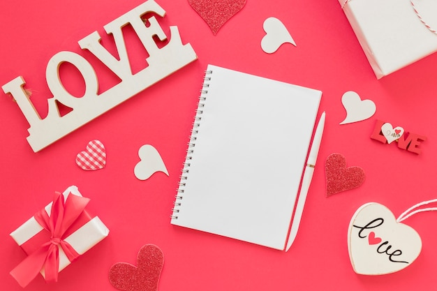 Cuaderno de san valentín con bolígrafo y regalos