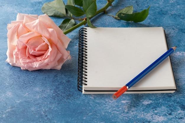 Un cuaderno simulado con una rosa
