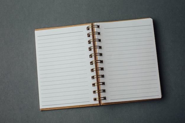 Cuaderno sobre fondo gris