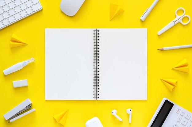 Cuaderno con suministros para estudiantes y oficiales para el regreso a la escuela y el concepto de oficina de trabajo