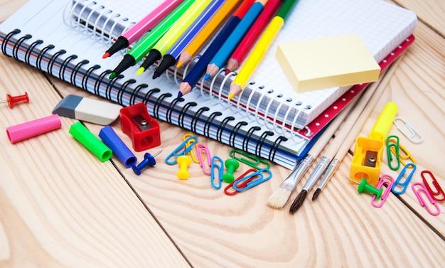 Cuaderno con útiles escolares