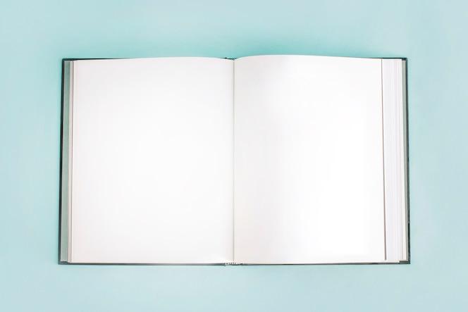 Cuaderno vacío abierto