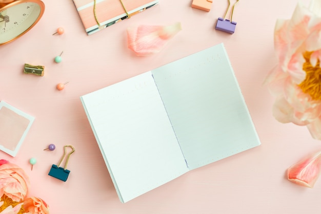 Cuaderno vacío para escribir sueños e ideas, con diferentes estadísticas.