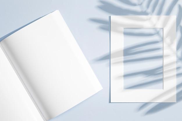 Cuaderno vacío y marco con sombras de hojas