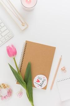 Cuaderno vacío con tulipán hermoso