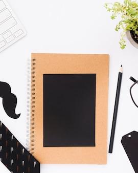 Cuaderno con vasos en la mesa