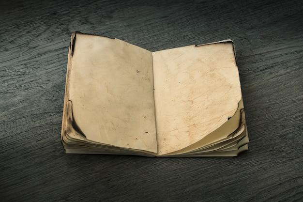 Cuaderno viejo abierto