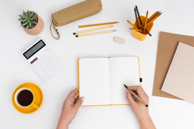 Cuaderno de vista superior con lista de tareas pendientes en el escritorio
