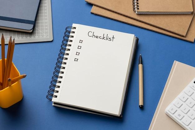Cuaderno de vista superior con lista de verificación en el escritorio