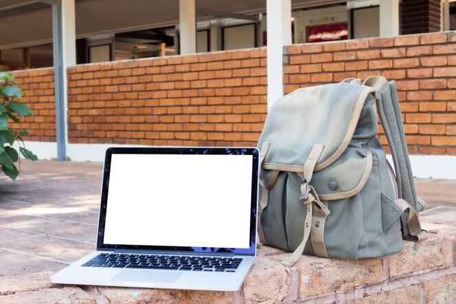 Cuaderno y bolsa de pantalla en blanco.