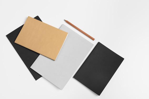 Cuadernos en blanco y un lápiz