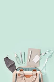 Cuadernos, bolígrafos, placa de colegial, protectores faciales y desinfectante de manos.
