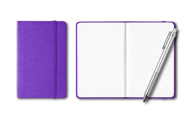 Cuadernos cerrados y abiertos púrpuras con una pluma aislada en blanco