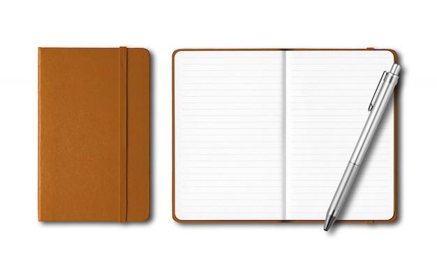 Cuadernos de cuero cerrados y abiertos con un bolígrafo aislado en blanco