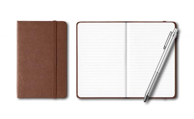 Cuadernos de cuero oscuro cerrados y abiertos con un bolígrafo aislado en blanco