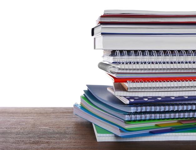 Cuadernos escolares, aislados en blanco