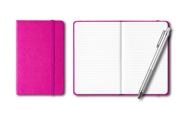 Cuadernos rosados cerrados y abiertos con un bolígrafo aislado en blanco