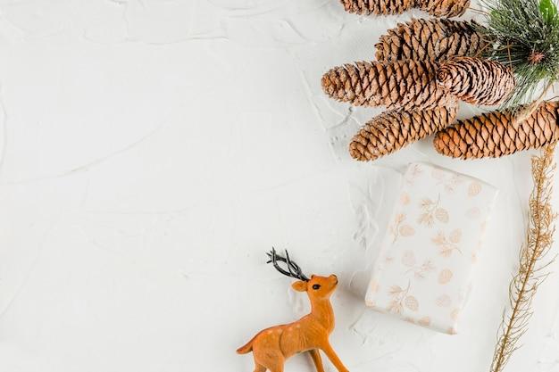 Cuadro actual entre ganchos y ciervos de juguete.