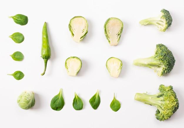 Cuadro artístico de verduras sobre fondo blanco.