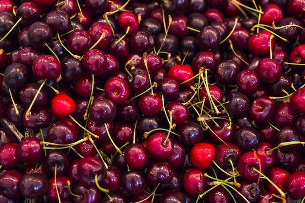 Cuadro completo de cerezas rojas frescas.
