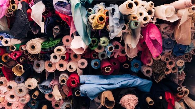 Cuadro completo de rollos de tela de colores.
