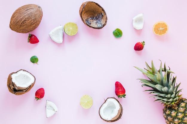 Cuadro de frutas exóticas sobre mesa.