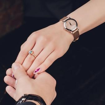 Cuadro del hombre y de la mujer con el anillo de bodas.