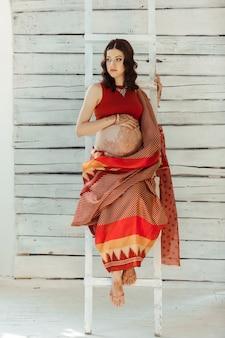 Cuadro indio en mujer decorada con henna pintada de mehandi indio