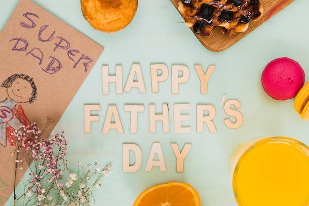 Cuadro lindo y comida alrededor de la escritura feliz del día de padre