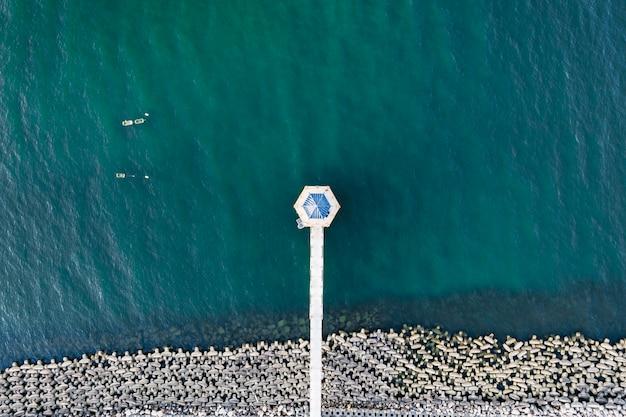Cuadro de paisaje: un puente sobre el mar