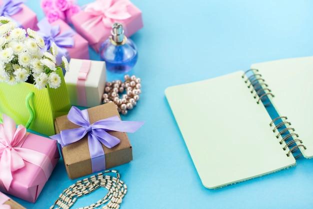 Cuadros de composición decorativos con regalos flores joyería de las mujeres compras vacaciones