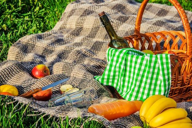 A cuadros para un picnic en la hierba. enfoque selectivo