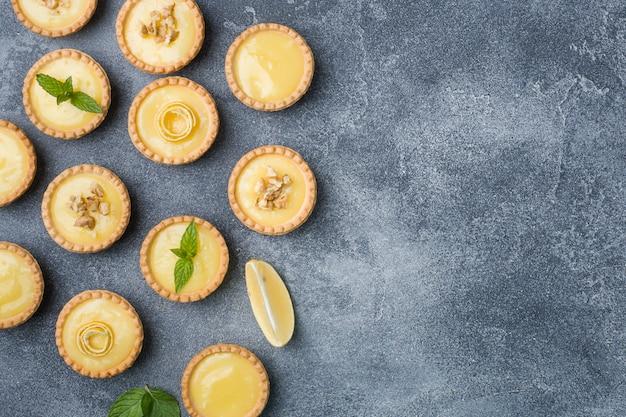 Cuajada de limón casera en tartaletas con limón fresco y hojas de menta.