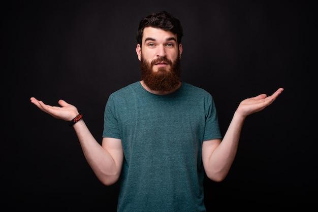 ¿cuál es el problema? joven barbudo gesticular