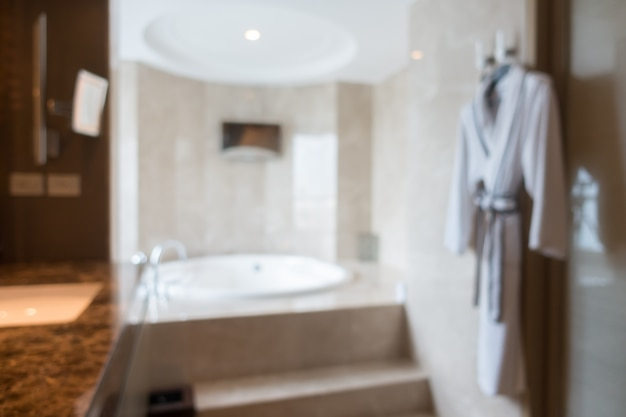 Cuarto de baño borroso con albornoz