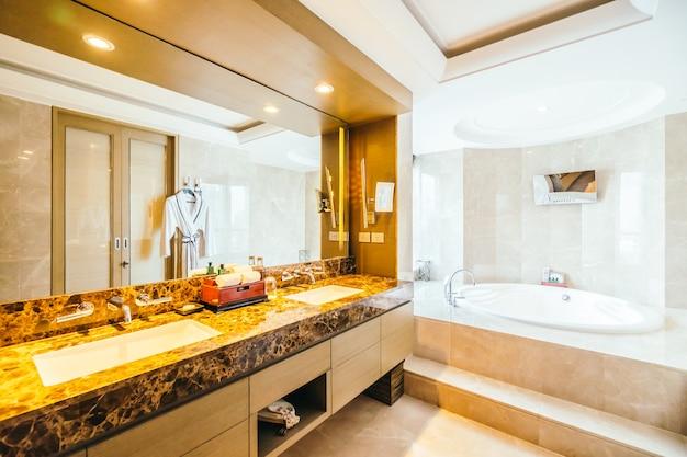 Cuarto de baño moderno con un espejo grande