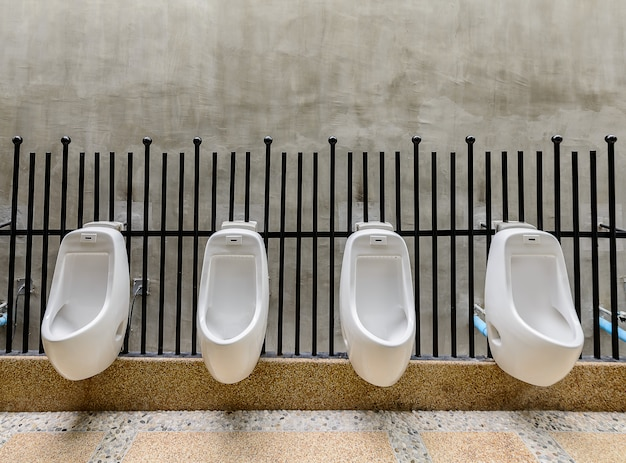 Cuarto de baño público - comodidad baño masculino orinal, orinales blancos en baño público