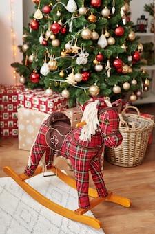Cuarto de los niños. interior de navidad de dormitorio infantil. decoración de año nuevo y árbol en la sala de juegos para niños.