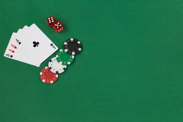 Cuatro ases, jugando fichas y dos dados