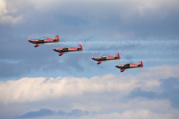 Cuatro aviones en formación en exhibición aérea