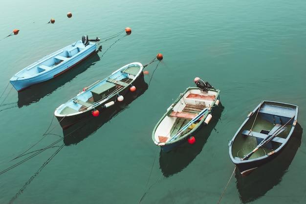 Cuatro barcos coloridos en el mar turquesa