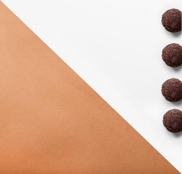 Cuatro bolas de bola de chocolate con asperja sobre fondo dual