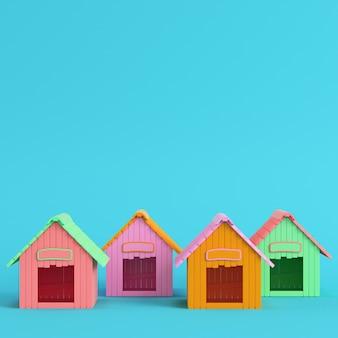 Cuatro casetas de perro de colores sobre fondo azul brillante
