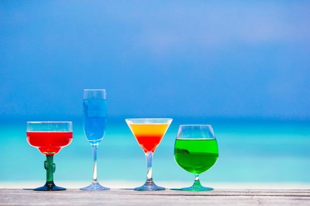 Cuatro coloridos exóticos sabrosos cócteles turquesa mar