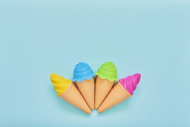 Cuatro coloridos helados de juguete en azul