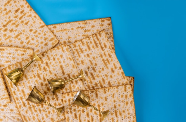 Cuatro copas de vino dorado y pan judío.