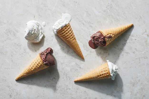 Cuatro helados en mesa de luz